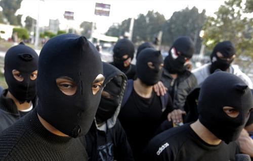Black Block, kelompok preman yang sering terlibat kekerasan dalam membubarkan demonstrasi di Mesir