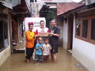 Penyaluran bantuan korban Banjir Jakarta, Senin 13/1/14 (Foto: RZ)
