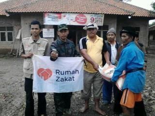RZ bantu logistik u warga di lokasi pengungsian banjir Ds.Cempeh. Lelea, Indramayu Jumat,24/1 (foto: RZ)