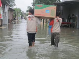 Relawan RZ bantu warga di wilayah banjir Gebangsari, Genuk, Semarang (Foto: RZ)