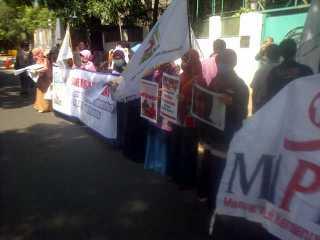 Aksi KAMMI Tangsel di depan Kedubes Myanmar. Selasa, 7/1/14 (Foto: KAMMI Tangsel)