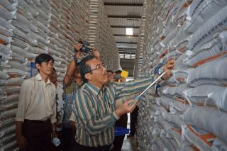 Produksi beras nasional surflus 5 juta ton. Daya serap Bulog juga bagus, sehingga tidak ada alasan impor. Nampak Mentan Suswono saat meninjau gudang Bulog di Klaten, Jawa Tengah, akhir tahun lalu.  (Foto: tajuk.co)