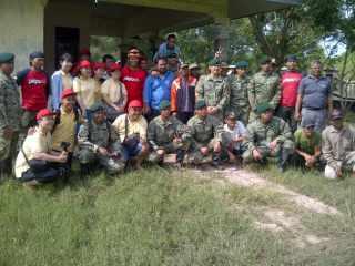 PKPU bersinergi bersama TNI dari kesatuan Brigade Infantri Lintas Udara 17 Kostrad  bantu korban banjir bekasi, Minggu, 26/1 (foto: PKPU)