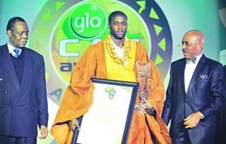 Yaya Toure, ketika menerima penghargaan sebagai pemain terbaik Afrika 2011. (Foto: sunnewsonline.com)