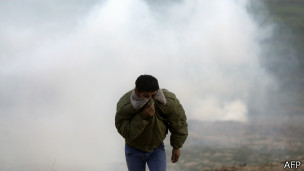 Pemuda Palestina menyelamatkan diri dari gas air mata Israel - foto: bbcarabic.com