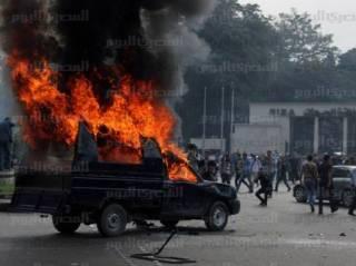 Aksi bakar mobil polisi yang sedang marak di Mesir (almasryalyoum.com)