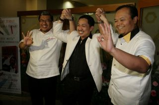 3 Capres PKS, Presiden PKS, Anis Matta (tengah) berfoto bersama Gubernur Jawa Barat, Ahmad Heryawan (kiri) dan Anggota Majelis Syuro PKS, Hidayat Nur Wahid (kanan) disela-sela Musyawarah XI Majelis Syuro di Kantor DPP PKS, Jakarta, Sabtu (1/2). (Foto: inilah.com)