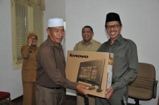Gubernur Sumbar Irwan Prayitno saat menyerahkan seperangkat komputer kepada 26 Kerapatan Anak Nagari (KAN) di ruang kerja Gubernur, Senin (3/2). - Foto: Erwin