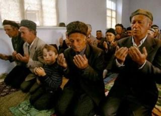 Muslim Ukrania dalam sebuah shalat berjamaah - Foto: republika.co.id