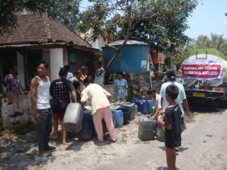PKPU menyediakan air gratis untuk warga korban erupsi kelud, Kamis (27/2) - Foto: PKPU