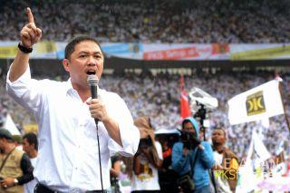 Presiden PKS Anis Matta saat orasi di GBK, Ahad (16/3). (dakwatuna.com)