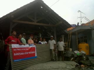 Bantuan  PKPU berupa Asbes untuk 25 KK, Jumat (7/3) - Foto: PKPU