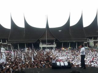 Lima Puluh Ribu Massa menghadiri kampanye terbuka PKS di Lapangan Imam Bonjol, Padang. Selasa (25/6) - Foto: PKS
