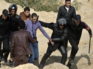 Tindakan represif aparat keamanan di Mesir yang menangkapi para aktivis demonstrasi (aljazeera)