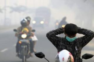 Masker sudah tidak dapat menolong warga dari tebalnya kabut asap - Foto: fokusriau.com