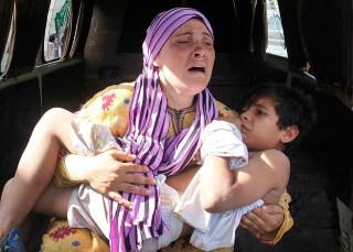 Seorang ibu warga Suriah menggendong anaknya yang jadi korban penembakan di dekat perbatasan Suriah-Lebanon - Foto: Republika.co.id
