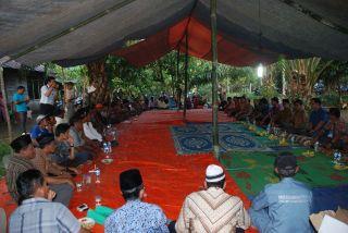 Gubernur Irwan Prayitno melakukan kunjungan kerja dan berdialog dengan kelompok Tani Usaha Bersama Nagari Bawan Kabupaten Agam, Minggu sore (23/3). - Foto: humas