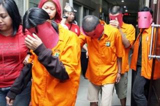 Tersangka kasus JIS saat digelandang ke Polda Metro Jaya - (Foto: metrotvnews.com)