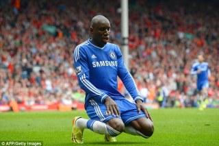 Demba Ba melakukan selebrasi usai menjebol gawang Liverpool, Ahad (27/4) - (Foto: daillymail.co.uk)