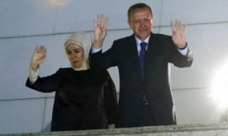 Erdogan tunjukkan salam R4BIA usai diumumkan kemenangan AK-Parti dalam pemilukada Ahad kemarin (sofia-press.com)