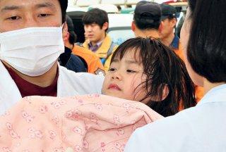 Salah seorang penumpang yang berhasil diselamatkan dari kapal feri Sewol yang tenggelam di laut lepas Jindo, Korea Selatan - (Foto: kurir-info.rs)