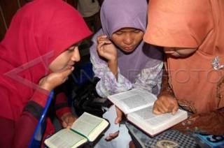 Sejumlah Remaja putri sedang membaca Al Quran - (antara.com)