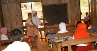 Seorang Guru tengah mengajar murid-murid di daerah terpencil (ilustrasi).  (tribunnewes.com)