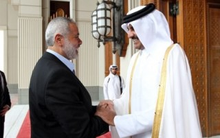 Pertemuan PM Ismail Haniyah dengan Syaikh Tamim bin Hamad di Doha, April 2013 (moheet)