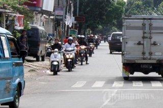 Jalan Raya Lenteng Agung Jakarta Selatan, Salah satu ruas jalan yang sering digunakan pengendara motor untuk melawan arus lalulintas - Foto: tribunnews.com