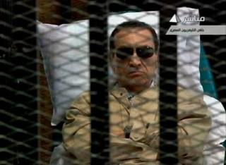 Husni Mubarak di balik bilik terdakwa (muftah.org)