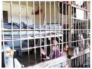 Seorang balita tampak berada di balik terali besi penjara Suriah (Al-Quds Al-Arabi)