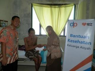Pak Pulungan (Ayah Aisyah) ketika menerima bantuan dari pembaca dakwatuna melalui program dakwatuna peduli 'aisyah - (sbb/dakwatuna)