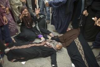 Ibu-ibu pingsan usai mendengar vonis mati (alarabalyawm.net)