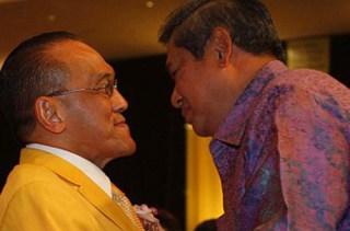 Ketua Umum Partai Golkar Aburizal Bakrie dan Pembina Partai Demokrat Soesilo Bambang Yudhoyono - Foto: tubasmedia.com
