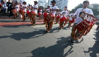 Marching Band Sahabat Prabowo melintasi bunderan HI saat Car Free Day - (aktualitas.com)