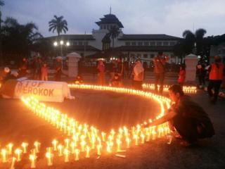 RZ (Rumah Zakat) mengadakan acara Bandung No Smoke Hour di depan Gedung Sate Bandung, Jumat (30/5/14).  (sari/RZ)
