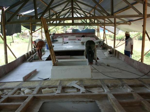 Para pekerja Sedang mengerjakan Palka di PT.Carita Boat Indonesia Tanjung Burung, Tangerang, Banten. (BWA)