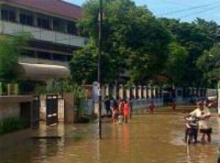 Banjir di jl raya kembangan utara depan SDN 01/02.  (TMCPoldaMetro)
