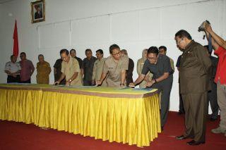 Penandatanganan kontrak kinerja Gubernur bersama seluruh Kepala Dinas dan Kepala Badan, di Auditorium Gubernuran Padang, Selasa (24/6/14).  (erwin_fs)