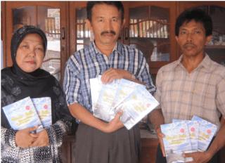 """Refdinal Castera, guru SD yang menerbitkan novel """"Meniti Buih Menerobos Tantangan"""".  (FAM)"""