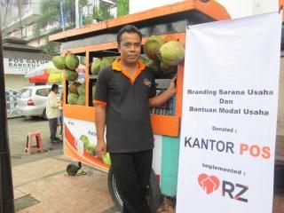 Dede Ruhiyat, Pedagang es kelapa yang mendapat bantuan modal dari PT Pos Indonesia dan Rumah Zakat.  (sayasih/rz)