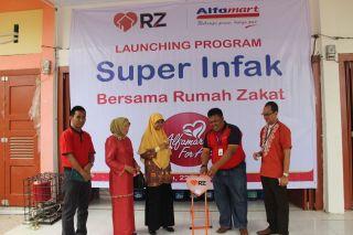 Launching Superinfak di Alfamart Jalan Sembilang Rumbai Pesisir, Pekanbaru.  (sayasih/rz)