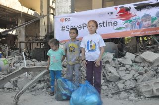 Rumah Zakat memberikan bantuan makanan kepada keluarga korban agresi Israel di area Jabaliya City, pada tanggal 23-27 Juli 2014.  (Sri Agustina/RZ)