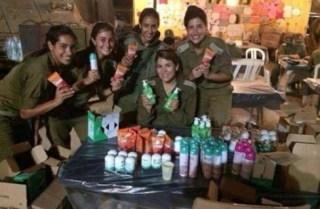 Tentara wanita Israel memamerkan produk kosmetik Garnier yang dihadiahkan kepada mereka (Rassd)
