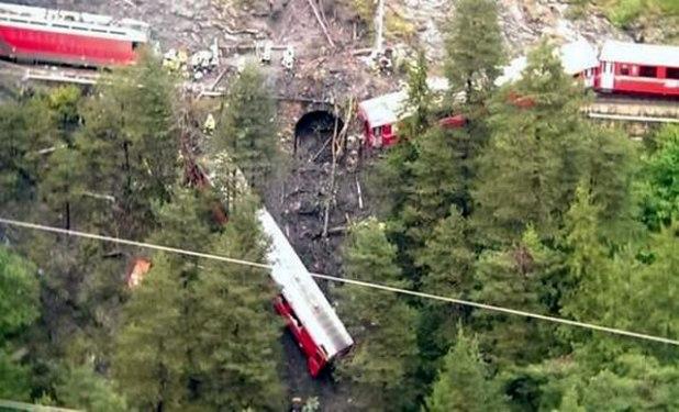 Kereta api di Swiss jatuh ke jurang setelah terkena tanah longsor, Rabu (13/8/2014). (independent.ie)