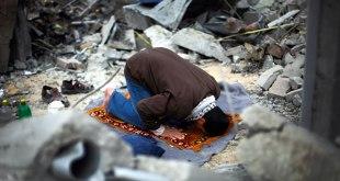 Ilustrasi - Seorang pria Palestina sedang sujud dalam shalatnya di antara puing-puing rumahnya yang hancur akibat dibom oleh aksi militer Israel terhadap Hamas pada tahun 2009, di Bait Lahiya. (Reuters / tageswoche.ch)