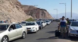 Antrian kendaraan pribadi warga Israel bersiap masuk ke Mesir (Islammemo.cc)
