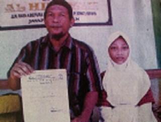 Wan Suryawan didampingi sang anak, Faradila ketika menunjukkan surat pengeluaran putrinya dari sekolah.(kabarpapua.net)