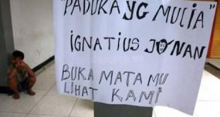 Keluhan Penumpang ditempel di Stasiun Manggarai. (republika.co.id)