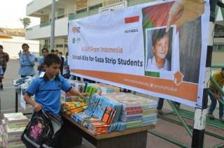 RZ bekerjasama dengan ISJ memberikan bantuan berupa tas sekolah, lusinan buku tulis, alat tulis, seragam sekolah, serta sepatu dan kaos kaki. (bigsmile/rz)